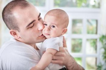 بغل کردن کودک هنگام گریه کردن