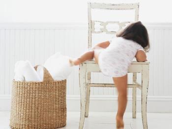 علاقه ی کودکان به بالارفتن از جایی