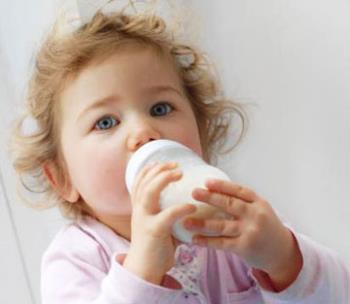 شیر خوردن کودک یکساله از شیشه
