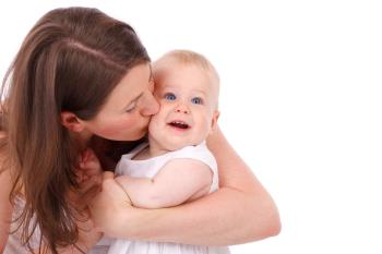 چرا کودکم دوست ندارد کسی او را ببوسد ؟