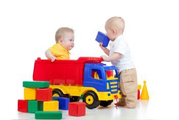سهیم شدن کودک یکساله با کودکان دیگر