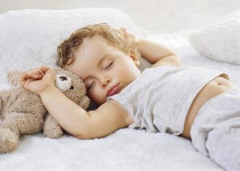 خوابیدن کودک یکساله در رختخواب والدین