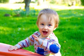 تقلید کودک یکساله از رفتار نادرست دیگران