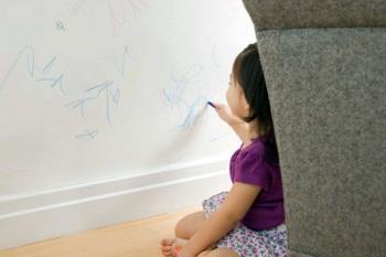 نوشتن کودک روی دیوار و میز و صندلی