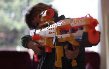 علاقه ی کودک به تفنگ بازی