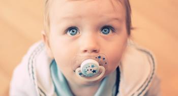 نه گفتن به کودکی که پستانک به دهان راه می رود