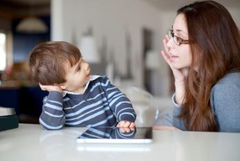 با لحن قانع کننده با کودک خود صحبت کنید