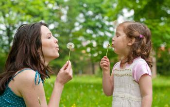اگر کودکان در زندگی مورد تایید قرار گیرند می آموزند خود را دوست بدارند