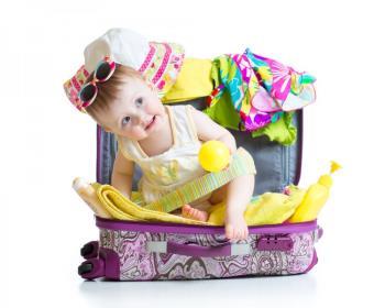 بستن چمدان نوزاد برای مسافرت